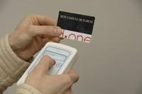 Le lecteur-enregistreur RFID de Solgema Solution s'apprête à lire une carte bon-cadeau.